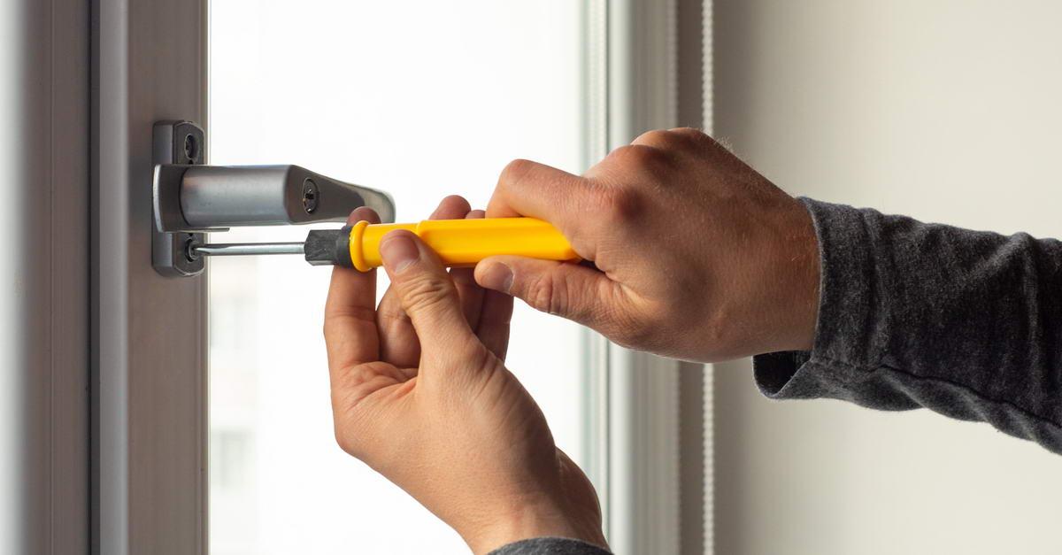 Как самостоятельно поменять оконную ручку