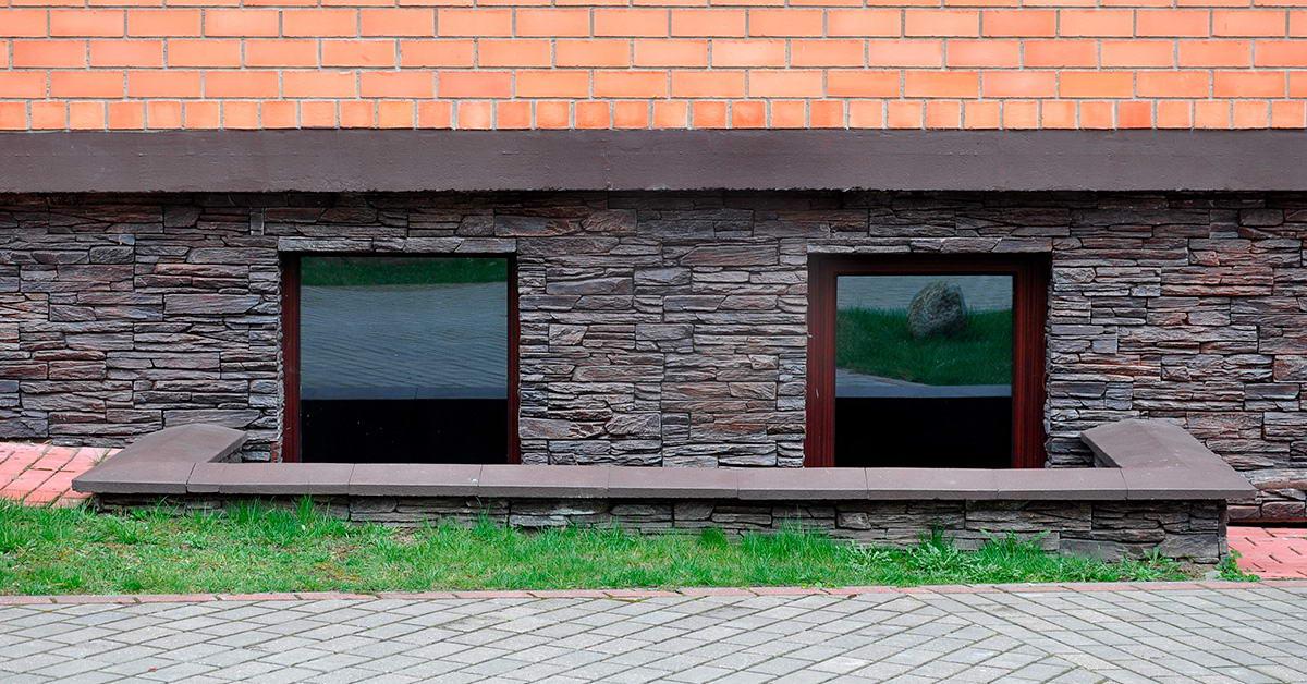 Установка ПВХ-окон на цокольном этаже частного дома