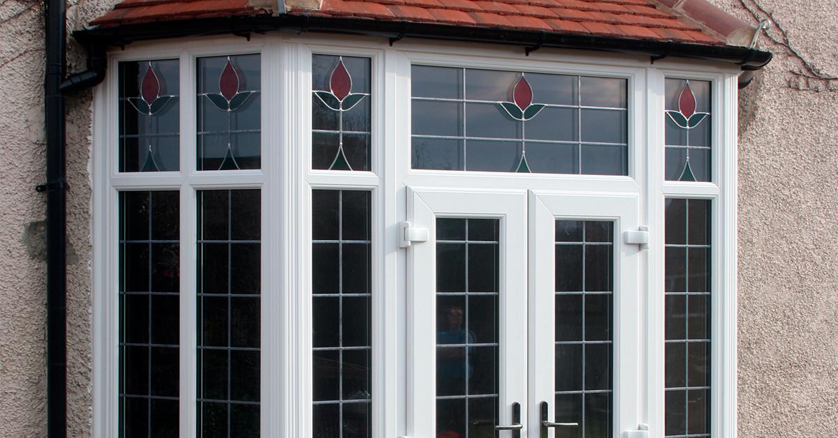 Металопластикові вікна та двері з фрамугою: коли варто замовити саме їх